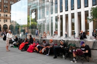 Apple lovers wait for hours in Canada